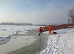 На льду судоходного канала обнаружили тело мужчины
