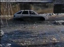 Улица Степана Разина превратилась в 'ледяную реку', вмерзают машины