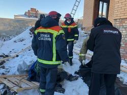 Мужчину забрали в больницу после падения с 5 метров