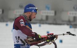 Александр Логинов выиграл гонку Кубка мира с падением и сломанной палкой
