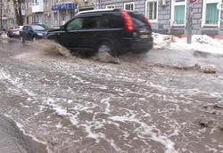 Пешеходы и автомобилисты преодолевают 'озера' на улицах