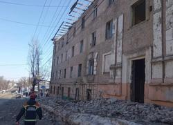 Крыша аварийного дома рухнула на тротуар
