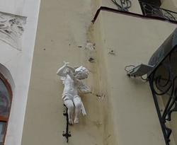 Горожане о фасаде 'особняка Бореля': вода льется прямо на стены