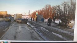 На трассе произошло ДТП с грузовиком, фургоном и 'пирожком'