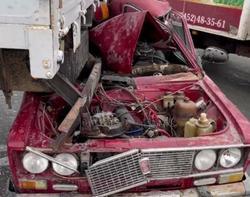 Очевидец: пьяный на 'шестерке' заехал под грузовик