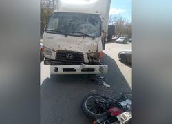 Мотоциклиста увезли в больницу после аварии с грузовиком