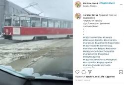 Снегопад. Трамвай сошел с рельсов