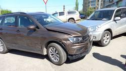 Пенсионерка на 'Фольксвагене' врезалась в припаркованные автомобили