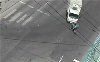 «Закрыл глаза и поехал»: в центре Красноярска неосторожный велосипедист попал под колеса грузовика