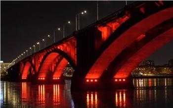 В память о погибших солдатах Коммунальный мост на один вечер окрасился в цвет Вечного огня