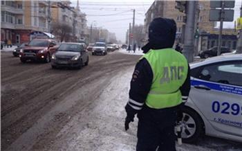 «Даже хорошо знакомая дорога может преподнести сюрприз»: ГИБДД Красноярска просит автомобилистов на зиму перестроить манеру вождения