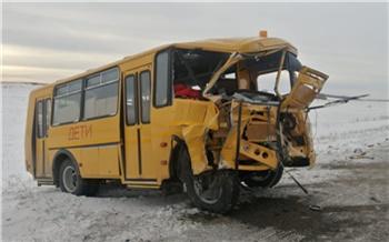 Школьный автобус жестко столкнулся с УАЗ «Патриот» под Красноярском. Один человек погиб