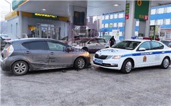 «И вызывать никого не надо»: в Красноярске девушка на Mazda устроила ДТП с полицейской машиной на заправке