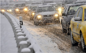 Красноярск встал в многокилометровые предпраздничные пробки. Ситуацию усугубляет плохая погода