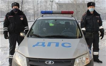 «Машина у меня непростая»: на морозе полицейские помогли автоледи поменять лопнувшее колесо