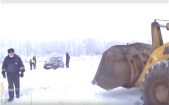 В Емельяновском районе автолюбитель решил проехать в магазин по полевой дороге и застрял в снегу. Помогла полиция
