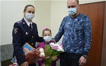 «Считает своим ангелом-хранителем»: в Хакасии наградили полицейского психолога за спасение маленькой девочки