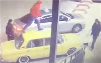 В Красноярске полиция разыскивает трех мужчин за «прогулку» по чужой машине