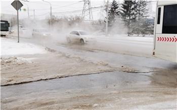 В Октябрьском районе прорвало трубу: дорогу залило кипятком