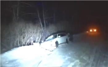 На юге Красноярского края водитель универсала съехал со скользкой дороги и попал в «снежный плен»