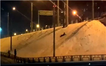 Дети устроили опасную горку на склоне Николаевского проспекта в Красноярске