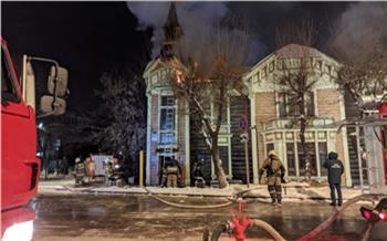В центре Красноярска загорелось старинное здание