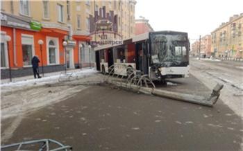 «Снесли столб и забор»: на Красрабе случилось крупное ДТП с автобусом