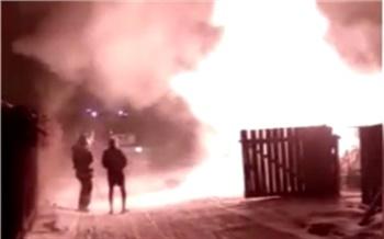 Минусинский полицейский топором разбил окно в горящем доме и спас пенсионерку