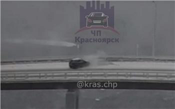Машина улетела в отбойник на скользком Николаевском мосту