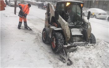 «Техника работала всю ночь и ушла с дорог в 6 утра»: мэрия показала уборку Красноярска во время обложного снегопада