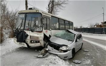 В Минусинске автомобилист погиб при столкновении с автобусом