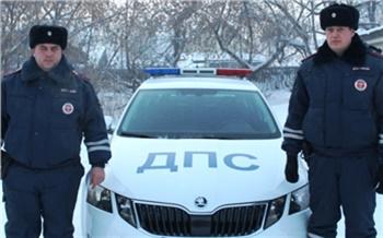 Гаишники помогли семье с младенцем в сломавшейся машине на трассе в Красноярском крае
