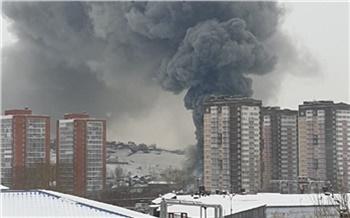 После пожара на складе автозапчастей в Красноярске возбудили еще одно уголовное дело