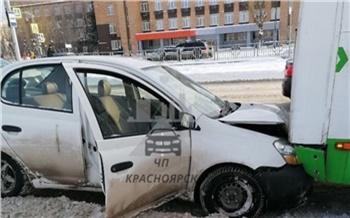 На Красноярском рабочем автомобиль сбил пешехода и столкнулся с автобусом