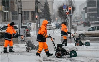 В мэрии Красноярска объяснили, почему снег сгребли к обочинам и оставили там