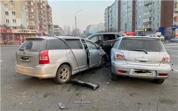 Житель Абакана врезался в припаркованные машины, а потом избил жену и прохожего. Следователи ищут очевидцев