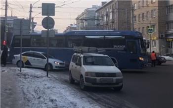 На перекрестке Ленина-Робеспьера автобус столкнулся с такси: движение в центре парализовало