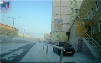 Молодой норильчанин прокатился по тротуару в центре Норильска и попал на видео. Заплатит штраф