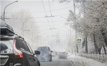 Красноярские дороги засыпало снегом: транспорт едет очень медленно