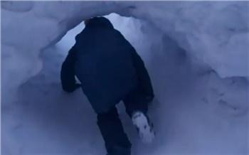 В Норильске дети вырыли в сугробе тоннель и добираются через него в школу
