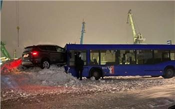 В Норильске кроссовер с сугроба «прыгнул» на автобус и пробил ему лобовое стекло