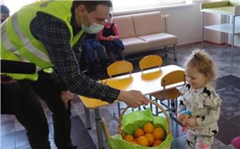 Волонтеры СУЭК угостили апельсинами пациентов и врачей детской поликлиники города Бородино