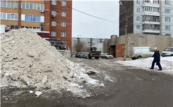 Жительница Солнечного сняла на видео, как коммунальщики убрали снег вместе с забором