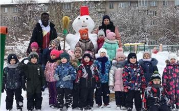 Студент из Гвинеи учит французскому детсадовцев Красноярска