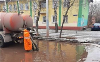 Из самых больших луж Красноярска откачали воду