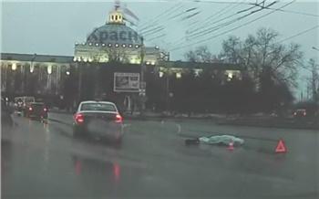 В Красноярске парень вышел на проезжую часть улицы Партизана Железняка и погиб под колесами иномарки