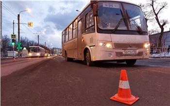 В красноярской Зеленой Роще автобус проехал на «красный» и сбил школьника