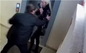 Красноярец в ходе ссоры избил женщину возле лифта
