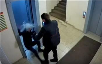 Красноярская полиция нашла участников конфликта в лифте. Претензий друг к другу они не имеют