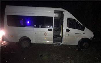 В Красноярском крае легковой автомобиль врезался в пассажирский микроавтобус
